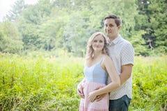 Szczęśliwi potomstwa niedawno oczekuje para portret outdoors fotografia stock