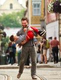 Szczęśliwi potomstwa ojcują bawić się z jego synem na tle miasto Obrazy Royalty Free