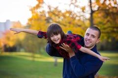 Szczęśliwi potomstwa ojcują i dziecko ma zabawę plenerową w parku Zdjęcia Royalty Free