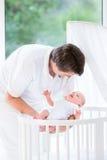 Szczęśliwi potomstwa ojcują stawiać nowonarodzonego dziecka w ściąga Obrazy Stock
