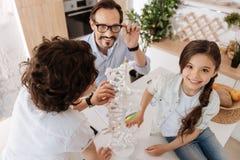 Szczęśliwi potomstwa ojcują wydatki ilości czas z dziećmi obrazy stock