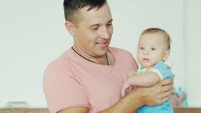 Szczęśliwi potomstwa ojcują z jego synem w jego rękach zbiory