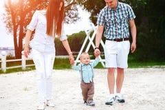 Szczęśliwi potomstwa wychowywają z mały syna bawić się plenerowy w parku obrazy royalty free