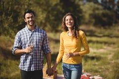 Szczęśliwi potomstwo pary mienia wineglasses przy gospodarstwem rolnym zdjęcia stock