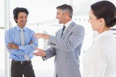 Szczęśliwi pracownicy ma dyskusję zdjęcie stock