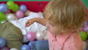 Szczęśliwi preschool dzieci bawić się w wielo- coloured balowym basenie Przedszkole zbiory