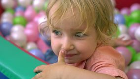 Szczęśliwi preschool dzieci ma zabawę i bawić się w wielo- coloured balowym basenie dzieciniec zdjęcie wideo