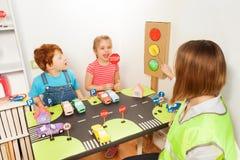 Szczęśliwi preschool dzieciaki przy bezpieczeństwo na drogach lekcją Obrazy Stock