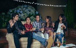 Szczęśliwi przyjaciele śmia się zabawę i ma w przyjęciu zdjęcia royalty free