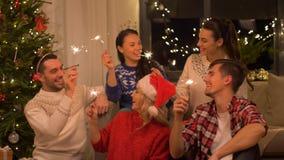 Szczęśliwi przyjaciele świętuje bożego narodzenia przyjęcia w domu zdjęcie wideo