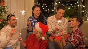 Szczęśliwi przyjaciele świętuje bożego narodzenia przyjęcia w domu zbiory