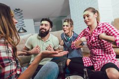 Szczęśliwi przyjaciele bawić się gemowego domysł i ma zabawę który obraz royalty free