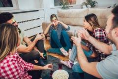 Szczęśliwi przyjaciele bawić się gemowego domysł i ma zabawę który fotografia royalty free