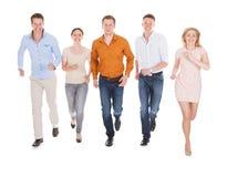 Szczęśliwi przyjaciele biega nad białym tłem Zdjęcia Stock