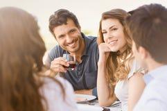 Szczęśliwi przyjaciele Cieszy się gościa restauracji Zdjęcia Stock