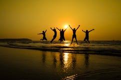 Szczęśliwi przyjaciele cieszy się w plaży   Radosna przyjaźń Obrazy Royalty Free