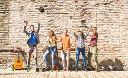 Szczęśliwi przyjaciele grupują mieć zabawa plenerowego doping z confetti Obrazy Stock