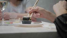 Szczęśliwi przyjaciele je suszi rolki w domu dinner Ludzie je Japońskiego jedzenie, dieta, dieting zdjęcie wideo