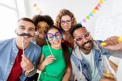 Szczęśliwi przyjaciele lub drużyna ma zabawę przy biurowym przyjęciem zdjęcia royalty free