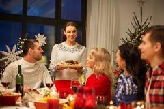 Szczęśliwi przyjaciele ma boże narodzenie gościa restauracji w domu zdjęcie royalty free