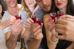 Szczęśliwi przyjaciele ma napój wpólnie Obrazy Stock