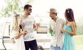 Szczęśliwi przyjaciele ma przyjęcia outdoors Wakacje, przyjęcie, czas wolny Obraz Royalty Free