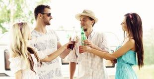 Szczęśliwi przyjaciele ma przyjęcia outdoors Wakacje, przyjęcie, czas wolny Zdjęcie Royalty Free