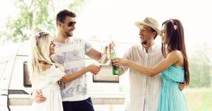 Szczęśliwi przyjaciele ma przyjęcia outdoors Wakacje, przyjęcie, czas wolny Obrazy Stock