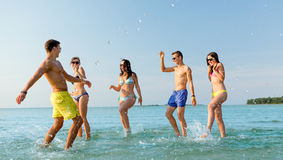 Szczęśliwi przyjaciele ma zabawę na lato plaży Zdjęcie Royalty Free
