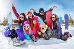 Szczęśliwi przyjaciele ma zabawę przy ośrodkiem narciarskim Zdjęcia Royalty Free