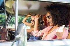 Szczęśliwi przyjaciele na wycieczce samochodowej Obraz Stock