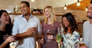 Szczęśliwi przyjaciele oddziała wzajemnie podczas gdy wznoszący toast napoju szkło 4K 4k zdjęcie wideo
