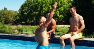 Szczęśliwi przyjaciele oddziała wzajemnie z each inny podczas gdy cieszący się pije poolside zbiory wideo