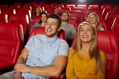 Szczęśliwi przyjaciele ogląda film w teatrze zdjęcia stock