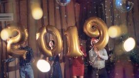 Szczęśliwi przyjaciele tanczy przy 2019 nowy rok przyjęciem 4K zdjęcie wideo