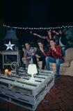 Szczęśliwi przyjaciele trzyma sparklers w nocy przyjęciu obrazy stock
