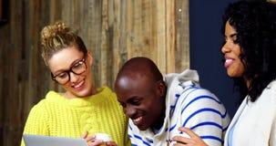Szczęśliwi przyjaciele używa laptop podczas gdy mieć kawę zbiory wideo