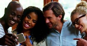Szczęśliwi przyjaciele używa telefon komórkowego zdjęcie wideo
