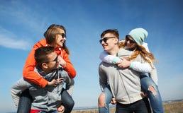 Szczęśliwi przyjaciele w cieniach ma zabawę outdoors Fotografia Royalty Free