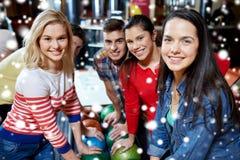 Szczęśliwi przyjaciele w kręgle klubie przy zimą przyprawiają Zdjęcie Stock