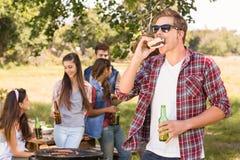 Szczęśliwi przyjaciele w parkowym mieć grilla Zdjęcie Stock