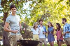 Szczęśliwi przyjaciele w parkowym mieć grilla Obraz Royalty Free