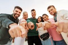 Szczęśliwi przyjaciele wskazuje palec przy tobą zdjęcie royalty free