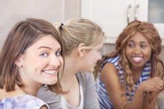 Szczęśliwi przyjaciele wydaje czas wpólnie Obraz Stock