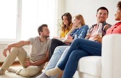 Szczęśliwi przyjaciele z popkornem i piwem w domu Fotografia Royalty Free