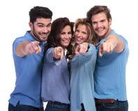 Szczęśliwi przypadkowi młodzi ludzie wskazuje palce obrazy royalty free