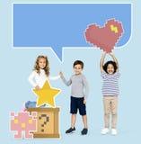 Szczęśliwi różnorodni dzieciaki z zbzikowanymi hazard ikonami zdjęcie royalty free