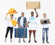 Szczęśliwi różnorodni ludzie trzyma podróży ikony obraz stock