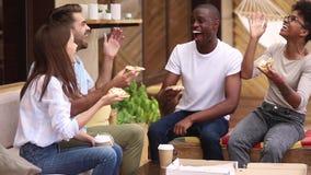 Szczęśliwi różnorodni przyjaciele śmia się udzielenie pizzę przy restauracja tarasem plenerowym zdjęcie wideo