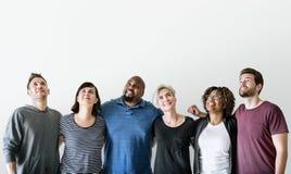 Szczęśliwi różnorodni przyjaciele stoi wpólnie fotografia royalty free